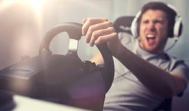 Κλείστε επάνω του αυτοκινήτου παιχνιδιού ατόμων συναγωνιμένος το τηλεοπτικό παιχνίδι Στοκ Εικόνα
