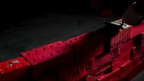 Κλείστε επάνω του βιομηχανικού πλινθοκτίστη που εγκαθιστά τα τούβλα τσιμέντου στο δωμάτιο darc απόθεμα Έννοια self-development δη φιλμ μικρού μήκους