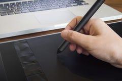 Κλείστε επάνω του γραφικού χεριού σχεδιαστών χρησιμοποιώντας μια μάνδρα στην ταμπλέτα με όχι στοκ εικόνες με δικαίωμα ελεύθερης χρήσης