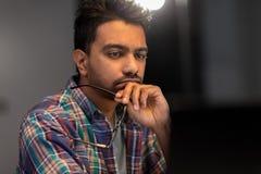 Κλείστε επάνω του δημιουργικού ατόμου που απασχολείται τη νύχτα στο γραφείο στοκ φωτογραφία με δικαίωμα ελεύθερης χρήσης