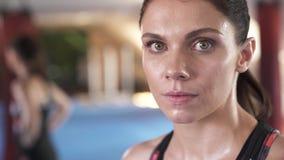 Κλείστε επάνω του ελκυστικού θηλυκού που αναπνέει σκληρά από το workout στη γυμναστική Κουρασμένο κορίτσι στο στούντιο ικανότητας φιλμ μικρού μήκους
