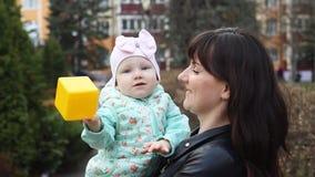 Κλείστε επάνω του ελκυστικού νέου mom και της χαριτωμένης κόρης της που παίζουν που χτυπά το παιχνίδι πλήρες HD φιλμ μικρού μήκους