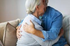 Κλείστε επάνω του ευτυχούς ανώτερου ζεύγους που αγκαλιάζει στο σπίτι Στοκ Εικόνες