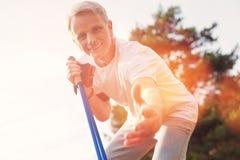 Κλείστε επάνω του θετικού ηλικιωμένου ατόμου στοκ φωτογραφία