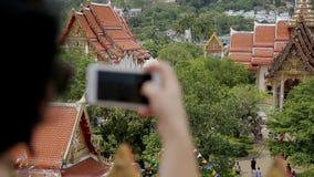 Κλείστε επάνω του θηλυκού τουρίστα brunette, ο οποίος παίρνει τις φωτογραφίες στο smartphone στο σημείο άποψης σε Tailand απόθεμα βίντεο