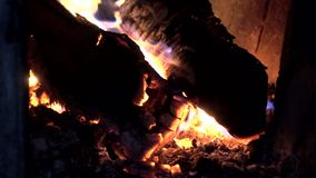 Κλείστε επάνω του καψίματος της ξύλινης εστίας σε μια σόμπα με την καμμένος πυρκαγιά απόθεμα βίντεο
