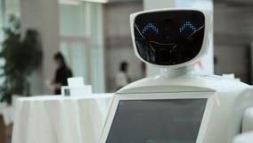 Κλείστε επάνω του κεφαλιού ρομπότ Συγκινήσεις ρομπότ Το ρομπότ που εξετάζει τη κάμερα στο πρόσωπο Σύγχρονες ρομποτικές τεχνολογίε απόθεμα βίντεο