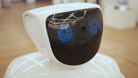 Κλείστε επάνω του κεφαλιού ρομπότ Συγκινήσεις ρομπότ Το ρομπότ που εξετάζει τη κάμερα στο πρόσωπο σύγχρονες ρομποτικές τεχνολογίε φιλμ μικρού μήκους