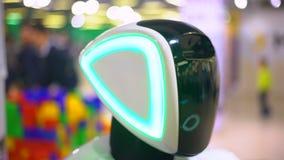 Κλείστε επάνω του κεφαλιού ρομπότ Σύγχρονες ρομποτικές τεχνολογίες Το ρομπότ που εξετάζει τη κάμερα στο πρόσωπο και που γίνεται ε απόθεμα βίντεο