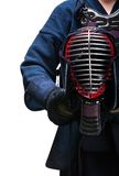 Κλείστε επάνω του κράνους kendo στα χέρια του kendoka Στοκ φωτογραφία με δικαίωμα ελεύθερης χρήσης