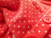Κλείστε επάνω του κόκκινου και άσπρου πουλόβερ Πόλκα-σημείων Στοκ Φωτογραφία