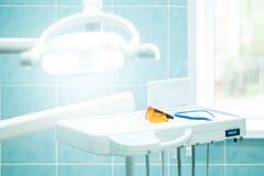 Κλείστε επάνω του λάμποντας οδοντικού λαμπτήρα και των οδοντικών γυαλιών στοκ φωτογραφία με δικαίωμα ελεύθερης χρήσης