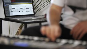 Κλείστε επάνω του μουσικού που παίζει το πληκτρολόγιο του Midi στο στούντιο εγχώριας μουσικής φιλμ μικρού μήκους
