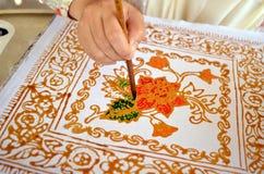 Κλείστε επάνω του μπατίκ ζωγραφικής χεριών Στοκ εικόνες με δικαίωμα ελεύθερης χρήσης