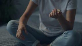 Κλείστε επάνω του νέου αισθήματος γυναικών άρρωστου απόθεμα βίντεο