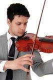 Κλείστε επάνω του νεαρού άνδρα που παίζει το βιολί στοκ φωτογραφία