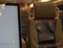 Κλείστε επάνω του οργάνου ελέγχου φορητών προσωπικών υπολογιστών σε ένα σκοτεινό τραίνο στοκ εικόνα με δικαίωμα ελεύθερης χρήσης