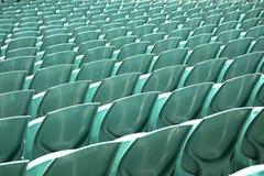 Κλείστε επάνω του πίσω μέρους καθισμάτων των πράσινων χώρων στοκ εικόνες