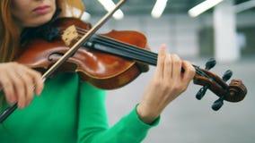Κλείστε επάνω του παιχνιδιού του βιολιού από μια γυναίκα απόθεμα βίντεο