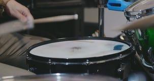 Κλείστε επάνω του παιχνιδιού τυμπανιστών ορχηστρών ροκ απόθεμα βίντεο