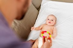 Κλείστε επάνω του πατέρα και του μωρού με το παιχνίδι κουδουνισμάτων στοκ φωτογραφία με δικαίωμα ελεύθερης χρήσης