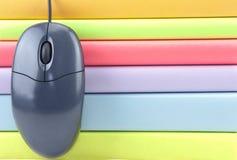 Κλείστε επάνω του ποντικιού και των χρωματισμένων βιβλίων Στοκ εικόνα με δικαίωμα ελεύθερης χρήσης