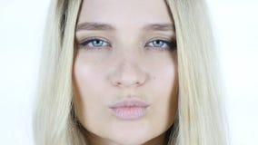 Κλείστε επάνω του προσώπου, φιλί από τη χαριτωμένη όμορφη γυναίκα Στοκ φωτογραφία με δικαίωμα ελεύθερης χρήσης