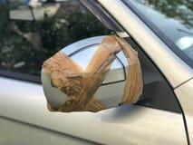 Κλείστε επάνω του σπασμένου καθρέφτη αυτοκινήτων πλάγιας όψης στοκ εικόνες