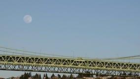 Κλείστε επάνω του Τακόμα στενεύει τη γέφυρα με το μεγάλο φεγγάρι απόθεμα βίντεο