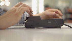 Κλείστε επάνω του τερματικού πληρωμής με πιστωτική κάρτα στο κατάστημα, απόθεμα βίντεο