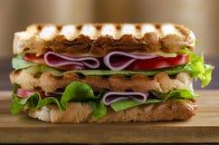 Κλείστε επάνω του φρέσκου σάντουιτς με το ζαμπόν, μπέϊκον, ντομάτες στοκ φωτογραφία