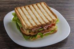 Κλείστε επάνω του φρέσκου σάντουιτς με το ζαμπόν, μπέϊκον, ντομάτες Στοκ φωτογραφία με δικαίωμα ελεύθερης χρήσης