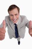 Κλείστε επάνω του χαμογελώντας επιχειρηματία που δίνει τους αντίχειρες επάνω Στοκ Φωτογραφίες