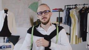 Κλείστε επάνω του χαμογελώντας νέου σχεδιαστή μόδας που φορά eyeglasses Πορτρέτο του ευτυχούς τύπου με eyeglasses που εξετάζουν τ φιλμ μικρού μήκους