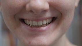 Κλείστε επάνω του χαμόγελου νέα θηλυκά Lipas και δόντια φιλμ μικρού μήκους