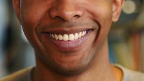 Κλείστε επάνω του χαμόγελου των νέων αφροαμερικανός δοντιών χειλικού NAD ατόμων φιλμ μικρού μήκους