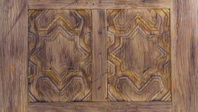 Κλείστε επάνω του χαρασμένου ξύλινου σχεδίου πορτών Στοκ Εικόνες