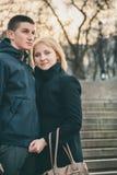 Κλείστε επάνω του χαριτωμένου ευτυχούς ρομαντικού ελκυστικού νέου ζεύγους που χαμογελά, που αγκαλιάζει τον εξωτερικό χρόνο βραδιο στοκ φωτογραφίες
