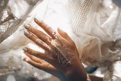Κλείστε επάνω του χεριού γυναικών με το μανικιούρ σχετικά με το άσπρο bribal fabri Στοκ Φωτογραφία