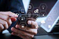 κλείστε επάνω του χεριού επιχειρηματιών που λειτουργεί με το έξυπνα τηλέφωνο και το lap-top Στοκ εικόνα με δικαίωμα ελεύθερης χρήσης