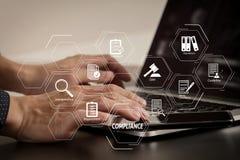 κλείστε επάνω του χεριού επιχειρηματιών που λειτουργεί με το έξυπνα τηλέφωνο και το lap-top Στοκ Εικόνα