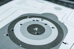 κλείστε επάνω του χρησιμοποιημένου στόχου πυροβόλων όπλων με τις τρύπες μετά από τις σφαίρες στοκ εικόνες