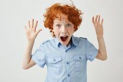 Κλείστε επάνω του όμορφου μικρού παιδιού με την τρίχα πιπεροριζών και των φακίδων διαδίδοντας τα χέρια, κραυγάζοντας δυνατά, προσ στοκ εικόνα με δικαίωμα ελεύθερης χρήσης