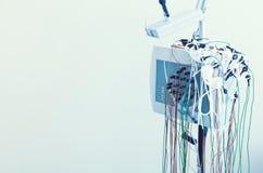 Κλείστε επάνω του electroencephalograph με τα ηλεκτρόδια στοκ φωτογραφία