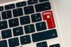 Κλείστε επάνω του lap-top υπολογιστών keybord με το κόκκινο κουμπί Ασφάλεια δεδομένων με την κλειδαριά Στοιχεία Διαδικτύου και cy Στοκ εικόνα με δικαίωμα ελεύθερης χρήσης