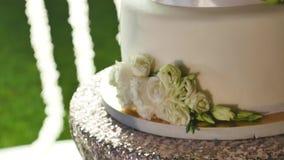 Κλείστε επάνω το άσπρο γαμήλιο κέικ απόθεμα βίντεο