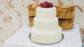 Κλείστε επάνω το άσπρο γαμήλιο κέικ φιλμ μικρού μήκους