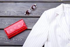 Κλείστε επάνω το άσπρο σακάκι, το κόκκινα πορτοφόλι και τα γυαλιά ηλίου στοκ φωτογραφία με δικαίωμα ελεύθερης χρήσης