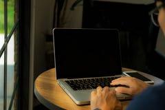 Κλείστε επάνω το άτομο χεριών χρησιμοποιώντας το lap-top στοκ φωτογραφίες