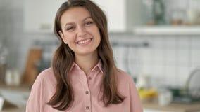 Κλείστε επάνω το ανεξάρτητο πορτρέτο επιχειρησιακών γυναικών του ελκυστικού ανώτερου υπαλλήλου brunette που χαμογελά τη φιλική εξ απόθεμα βίντεο